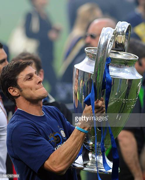 Inter Milan's Argentinian defender and captain Javier Aldemar Zanetti shows the Champions League Trophy to their supporters at San Siro stadium in...