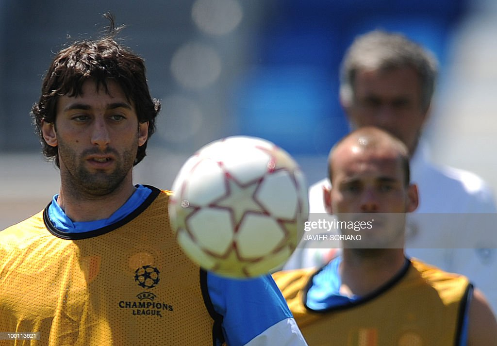Inter Milan's Argentinian forward Alberto Milito Diego (L) Dutch midfielder Wesley Sneijder (R) and Potuguese manager Jose Mourinho (Back) take part in a team training session at the Alfredo Di Stefano stadium in Madrid, on May 21, 2010, on the eve of the UEFA Champions League Final against Bayern Munich.