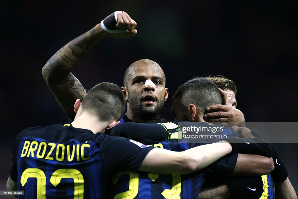 Inter Milan's Argentinian forward Mauro Emanuel Icardi (unseen) celebrates with his teammates after scoring a goal during the Italian Serie A football match between Inter Milan and Fiorentina on November 28, 2016 at the San Siro Stadium in Milan. / AFP / MARCO
