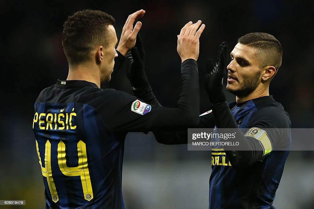 Inter Milan's Argentinian forward Mauro Emanuel Icardi (R) celebrates with his teammate Croatian forward Ivan Perisic (L) after scoring a goal during the Italian Serie A football match between Inter Milan and Fiorentina on November 28, 2016 at the San Siro Stadium in Milan. / AFP / MARCO