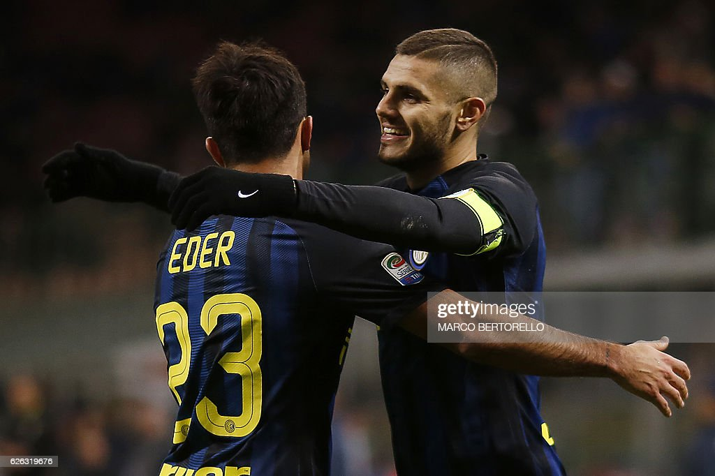Inter Milan's Argentinian forward Mauro Emanuel Icardi (R) celebrates with his teammates Italian forward Eder (L) after scoring a goal during the Italian Serie A football match between Inter Milan and Fiorentina on November 28, 2016 at the San Siro Stadium in Milan. / AFP / MARCO
