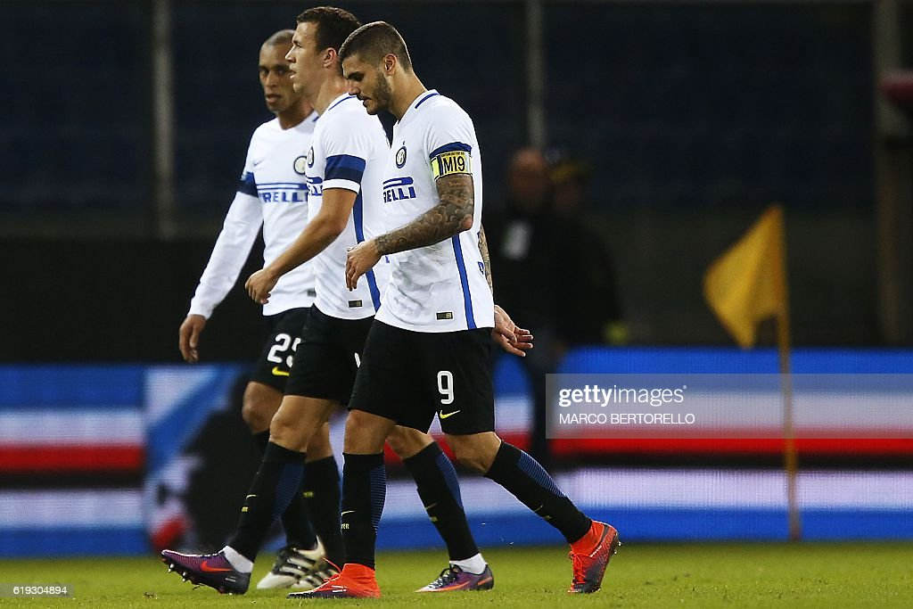 Inter Milan's Argentinian forward Mauro Emanuel Icardi (R) leaves the pitch at the end of the Italian Serie A football match Sampdoria vs Inter Milan on October 30, 2016 at the Luigi Ferraris Stadium in Genoa. Sampdoria won the match 1-0. / AFP / MARCO