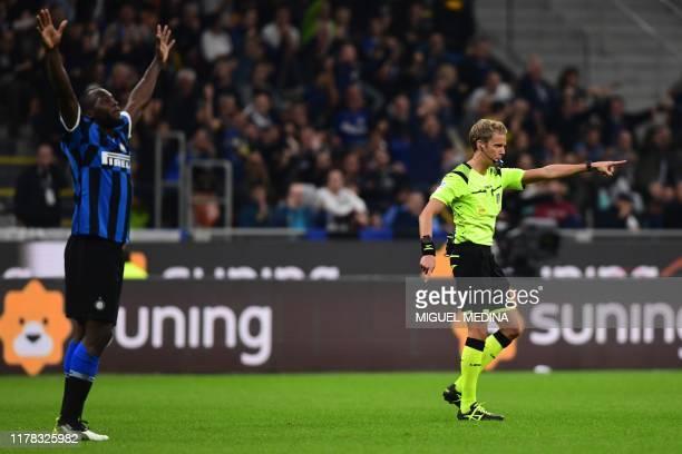 Inter Milan's Belgian forward Romelu Lukaku celebrates as Italian referee Daniele Chiffi validates his goal after checking the VAR during the Italian...