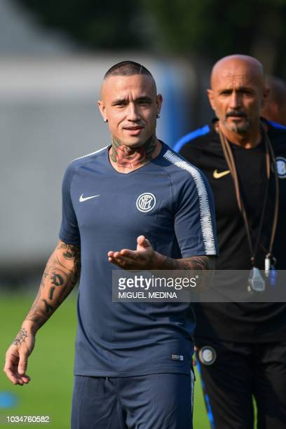 Inter Milan's Belgian midfielder Radja Nainggolan and Inter Milan's Italian coach Luciano Spalletti attend a training session on the eve of the...
