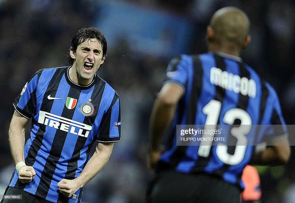 Inter Milan's Brazilian defender Maicon (R) celebrates with teammate Argentinian Diego Milito after scoring against Barcelona during the UEFA Champions League first leg semifinal Inter Milan vs Barcelona football match on April 20, 2010 at San Siro stadium in Milan. AFP PHOTO / Filippo MONTEFORTE
