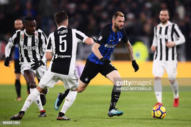 Inter Milan's Croatian midfielder Marcelo Brozovic fights for the ball with Juventus' French midfielder Blaise Matuidi and Juventus midfielder...