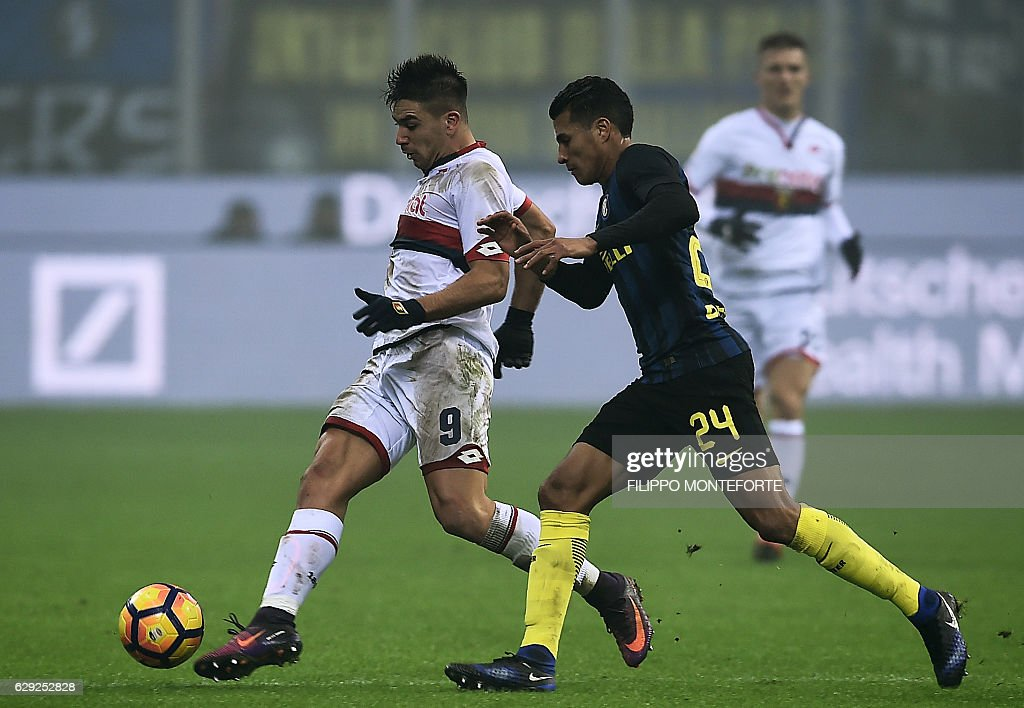 Inter Milan's defender from Colombia Jeison Murillo (L) vies Genoa's forward from Argentina Giovanni Simeone during the Italian Serie A football match Inter-Milan vs Genoa at the San Siro Stadium in Milan on December 12, 2016. / AFP / FILIPPO