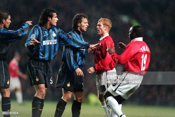 Inter Milan's Diego Simeone points an accusing finger at Manchester United's Paul Scholes as Inter Milan's Fabio Galante and Francesco Colonnese try...