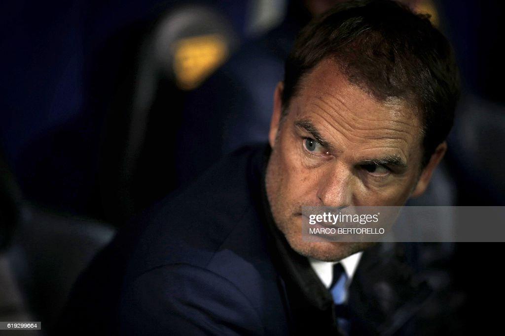 Inter Milan's Dutch head coach Frank de Boer looks on during the Italian Serie A football match Sampdoria vs Inter Milan on October 30, 2016 at the Luigi Ferraris Stadium in Genoa. / AFP / MARCO