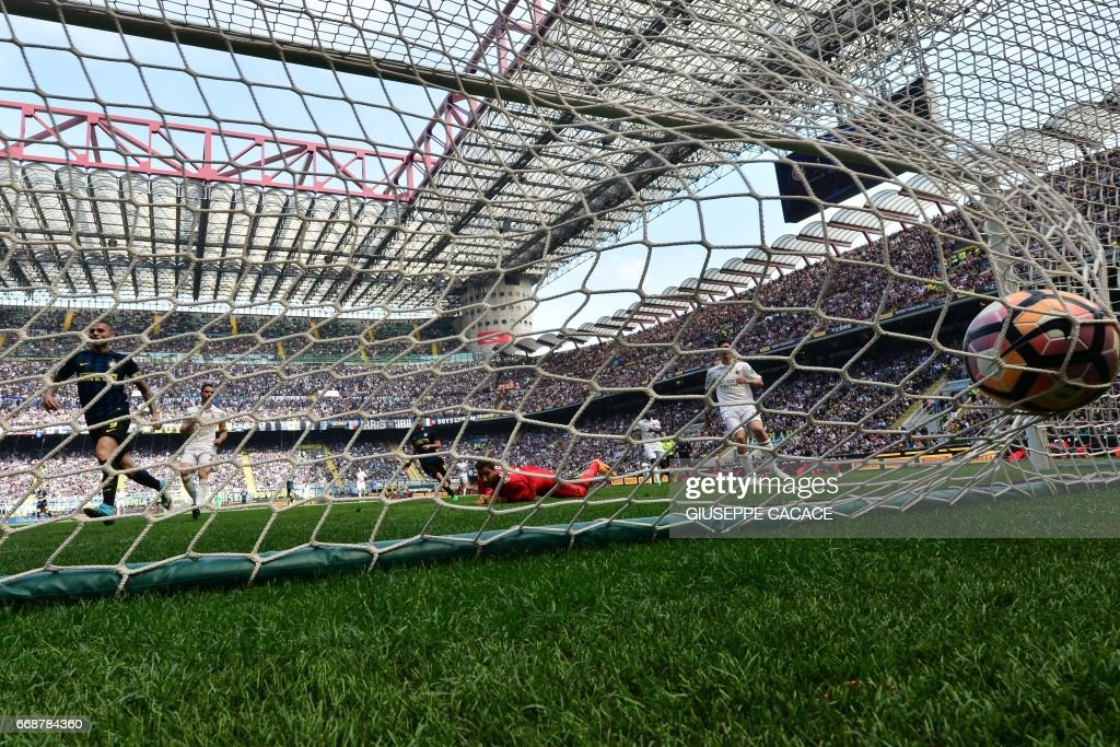 Inter Milan's forward from Argentina Mauro Icardi (L) scores during the Italian Serie A football match Inter Milan vs AC Milan at 'San Siro' Stadium in Milan on April 15, 2017. The match ended 2-2. /