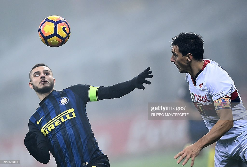 Inter Milan's forward from Argentina Mauro Icardi (L) vies with Genoa's defender from Argentina Nicolas Burdisso during the italian Serie A football match Inter-Milan vs Genoa at the San Siro Stadium in Milan on December 12, 2016. / AFP / FILIPPO