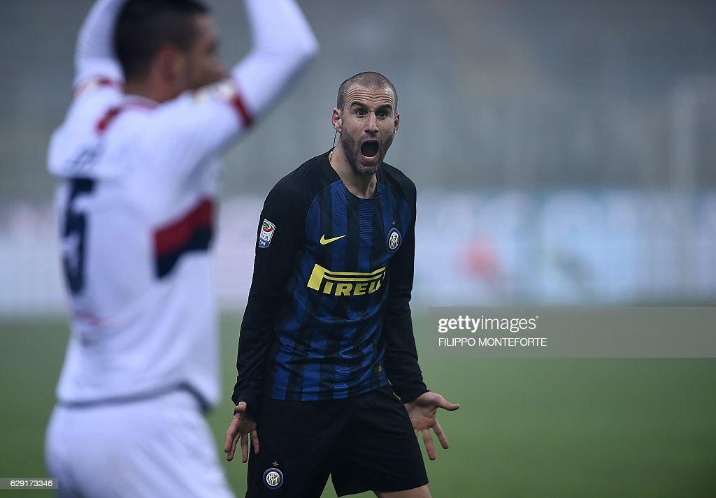Inter Milan's forward from Argentina Rodrigo Palacio (R) reacts during the italian Serie A football match Inter-Milan vs Genoa at the San Siro Stadium in Milan on December 12, 2016. / AFP / FILIPPO