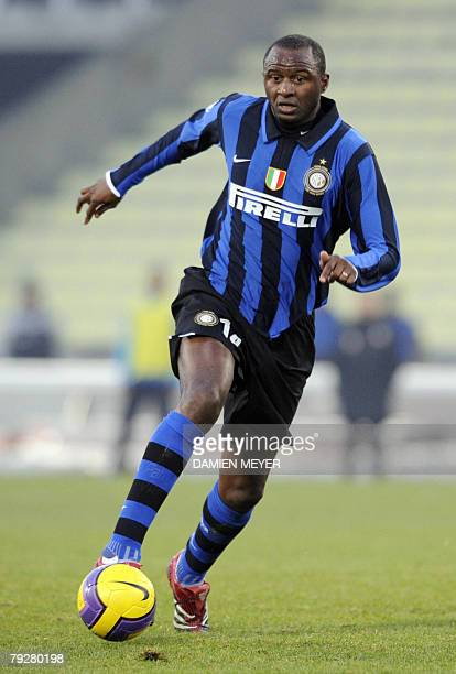Inter Milan's French midfielder Patrick Vieira runs with the ball 27 January 2008 during the Italian Serie A football match Udinese against Inter...