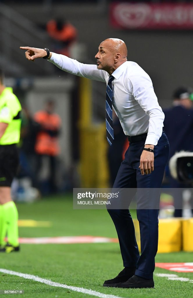 Inter Milan's Italian coach Luciano Spalletti gestures during the Italian Serie A football match Inter Milan vs Sassuolo at the San Siro stadium in Milan on Mai 12, 2018.