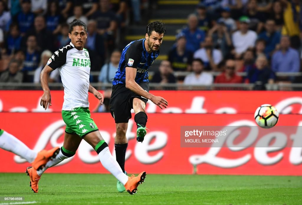 Inter Milan's Italian midfielder Antonio Candreva (R) kicks the ball during the Italian Serie A football match Inter Milan vs Sassuolo at the San Siro stadium in Milan on Mai 12, 2018.