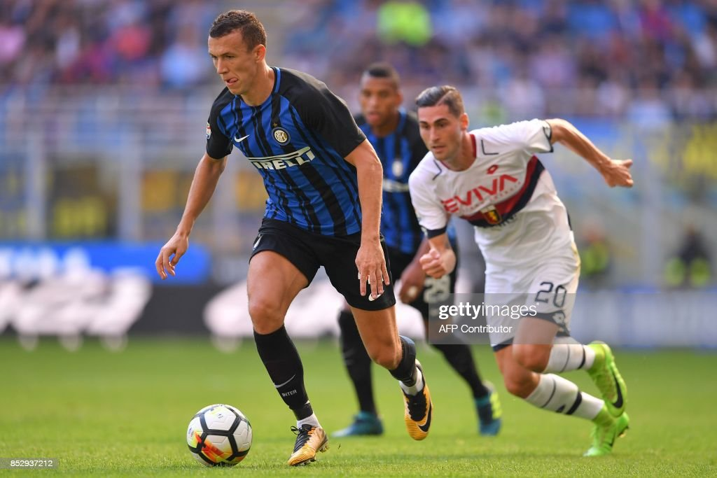 Inter Milan's midfielder from Croatia Ivan Perisic (L) outruns Genoa's defender Aleandro Rosi during the Italian Serie A football match Inter Milan vs Genoa at San Siro stadium in Milan on September 24, 2017. /