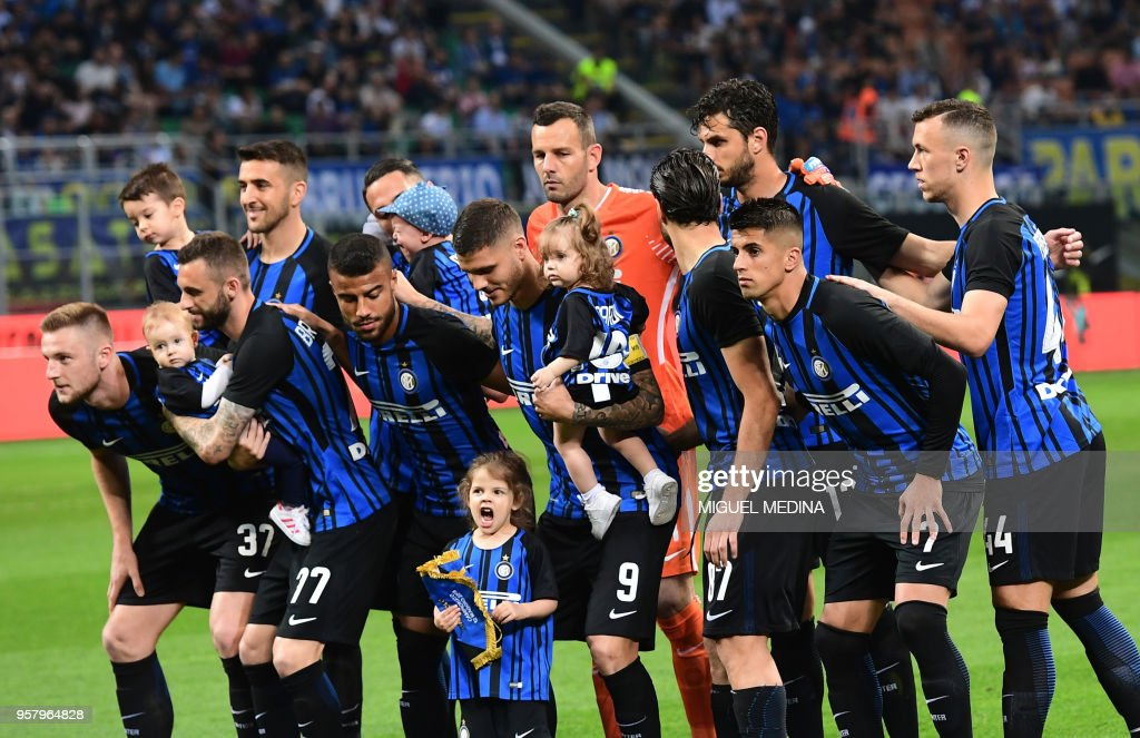 Inter Milan's players pose with kids before the Italian Serie A football match Inter Milan vs Sassuolo at the San Siro stadium in Milan on Mai 12, 2018.