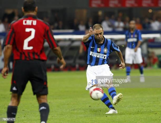 Inter Milan's Uruguyan forward Alvaro Recoba kicks to score his goal 14 August 2007 during a triangular tournament between Inter AC Milan and...
