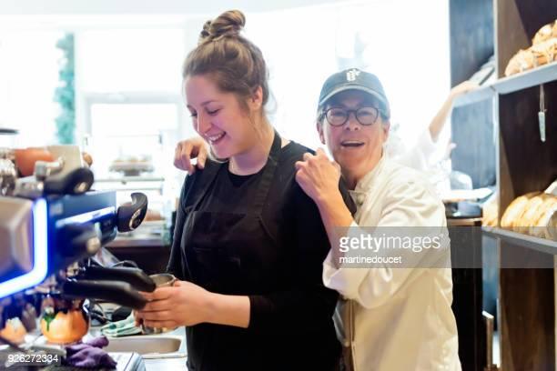 """interaktion zwischen eigentümer und mitarbeiter in einem kleinen örtlichen bäckerei-shop. - """"martine doucet"""" or martinedoucet stock-fotos und bilder"""
