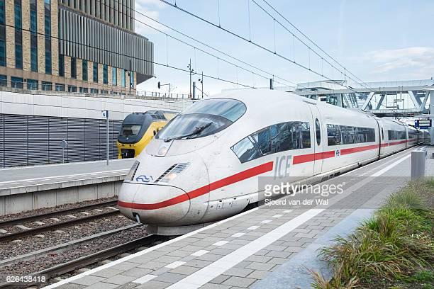 """ice -intercity express- tren de alta velocidad que llega a la estación - """"sjoerd van der wal"""" fotografías e imágenes de stock"""