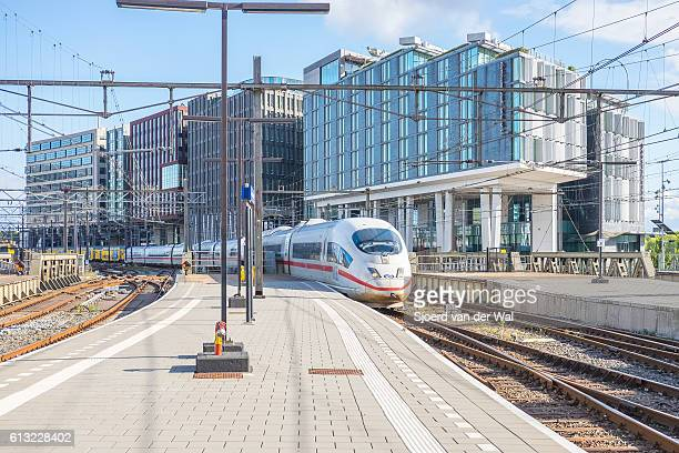 "ice -intercity express- high speed train arriving in amsterdam - ""sjoerd van der wal"" photos et images de collection"
