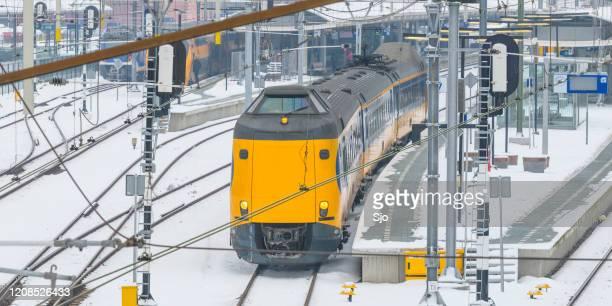 """ns intercity trein rijdt door de sneeuw in de winter - """"sjoerd van der wal"""" or """"sjo"""" stockfoto's en -beelden"""