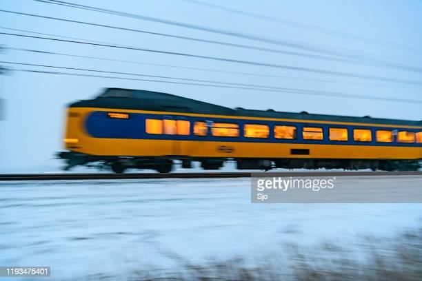 """trem intermunicipal do spoorwegen de nederlandse (ns) que conduz através da neve durante uma noite fria do inverno - """"sjoerd van der wal"""" or """"sjo"""" - fotografias e filmes do acervo"""