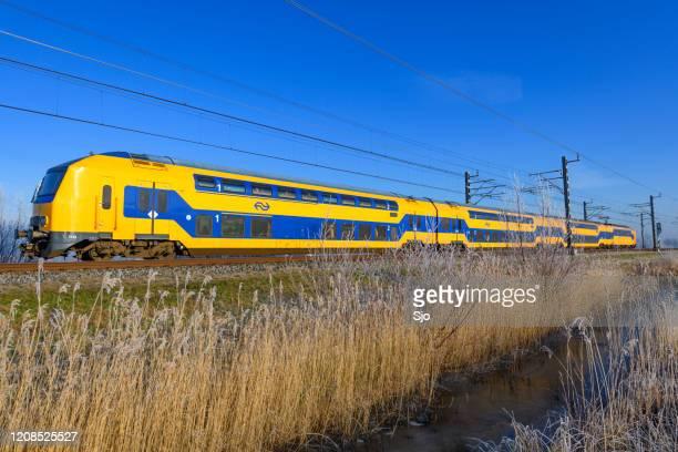 """intercity trein van de nederlandse spoorwegen (ns) rijdt door de sneeuw tijdens een koude winterdag - """"sjoerd van der wal"""" or """"sjo"""" stockfoto's en -beelden"""