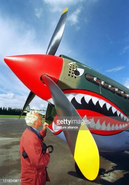 """Interessiert betrachtet am Freitag 29.8.1997 ein Journalist eine originale """"Curtiss P-40""""-Jagdmaschine aus dem Jahr 1939, die nur eine von vielen..."""