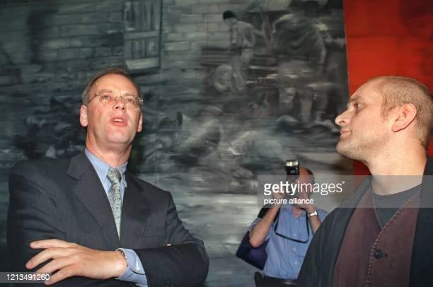 Interessiert schaut sich Verteidigungsminister Rudolf Scharping während der Eröffnung der Ausstellung Das Maß Die Dinge Deutschland und der Krieg im...
