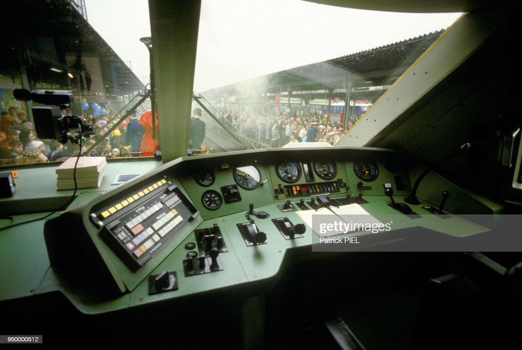https://media.gettyimages.com/photos/interieur-du-cockpit-du-train-grande-vitesse-allemand-ice-en-dcembre-picture-id950000512