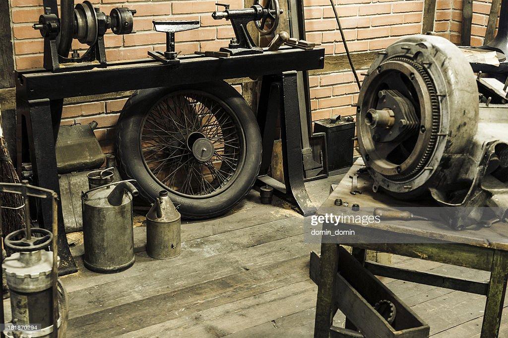 Interior E Equipamentos De Uma Antiga Garagem Oficina De Automovel Foto De Stock Getty Images