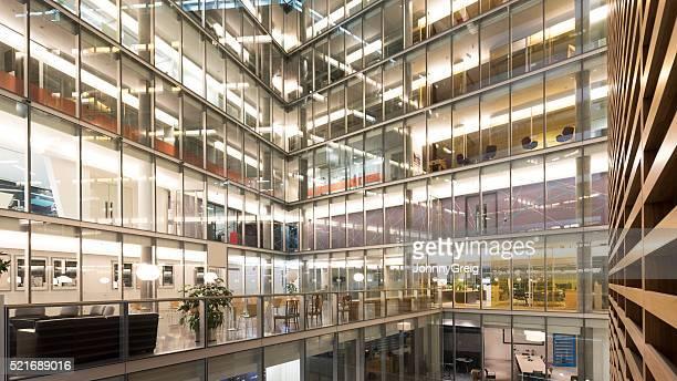 Atrium im Inneren des modernen Bürogebäude
