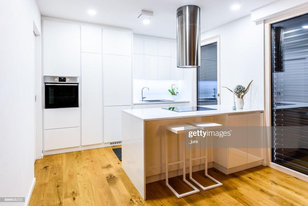 Interior Design Neue Moderne Weisse Kuche Mit Kuchengeraten Stock Foto Getty Images