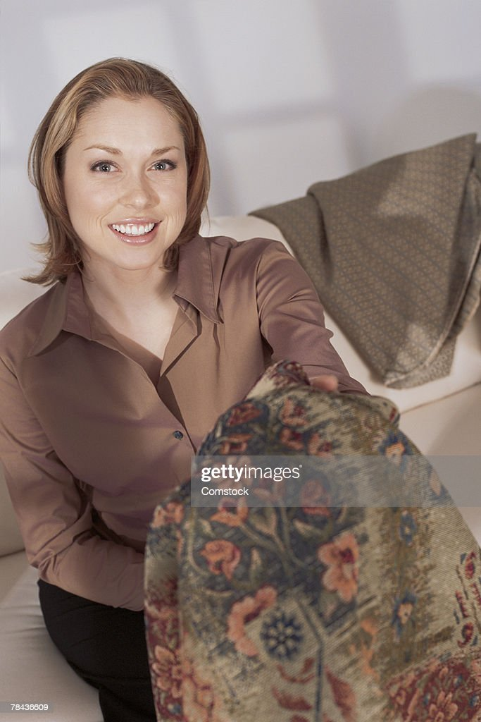 Interior designer showing fabric : Stockfoto