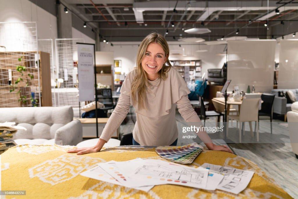 Diseñador de interiores trabaja en casa de diseño en una tienda de muebles : Foto de stock