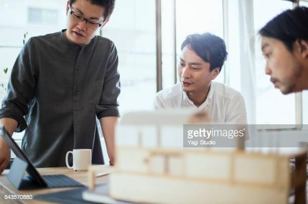インテリアデザイナー、スタジオでの作業