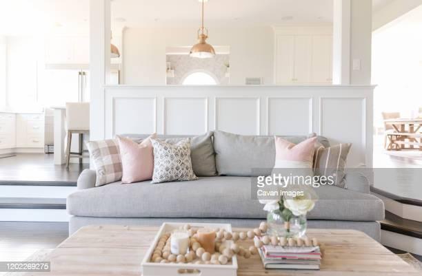 interior farmhouse living room - landhaus stock-fotos und bilder
