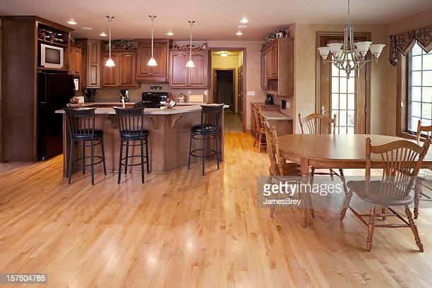 La décoration intérieure, mangez-en cuisine avec coin repas et d'un parquet en bois