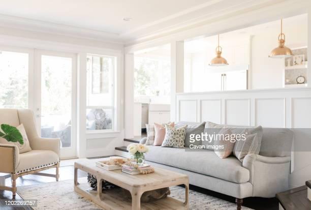 interior living room with neutral tones and white walls - luce vivida foto e immagini stock
