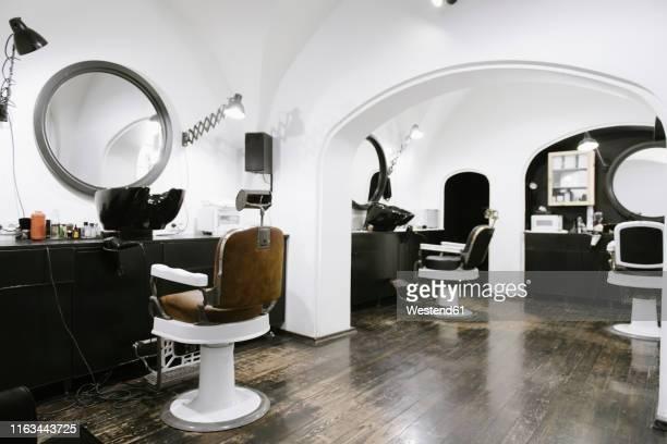 interior of a barber shop - salon de coiffure photos et images de collection