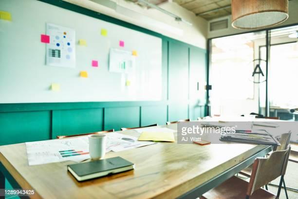 intérieur d'une salle de réunion d'un bureau moderne après des heures - absence photos et images de collection