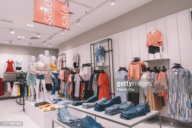 ショッピングモールの衣料品店のインテリア - デザイナー服 ストックフォトと画像