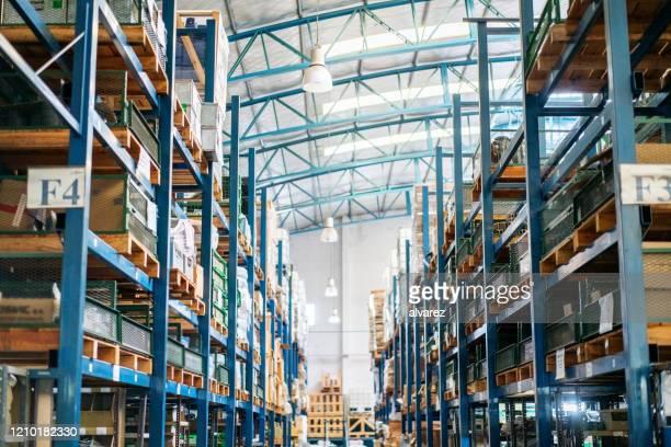 innenbereich eines großen distributionslagers - lagerhalle stock-fotos und bilder