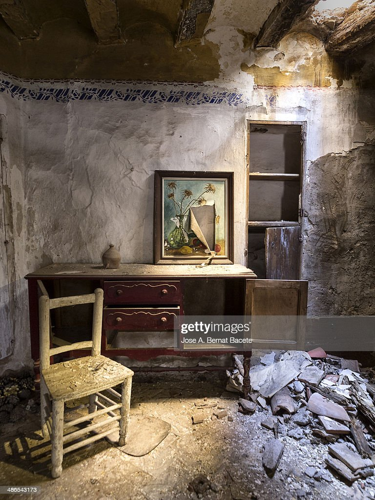 Interior Of A Ruined House With Furniture : Stock Foto