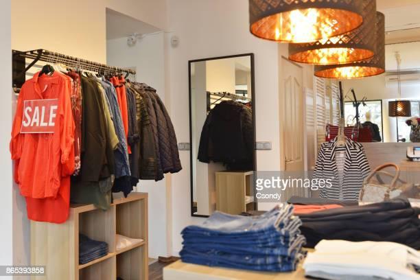 Innenraum eines Store verkauft Damenmode und Accessoires
