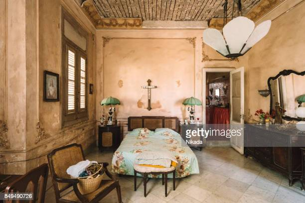 Innere des verlassenen verzierten Schlafzimmer im Kolonialvilla
