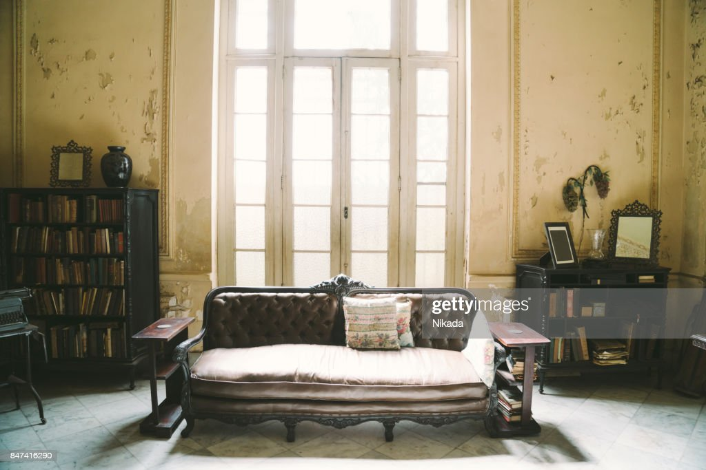 Innere des verlassenen verzierten Kolonialvilla : Stock-Foto