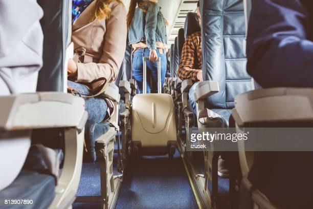 Interieur van het vliegtuig met mensen zitten op stoelen