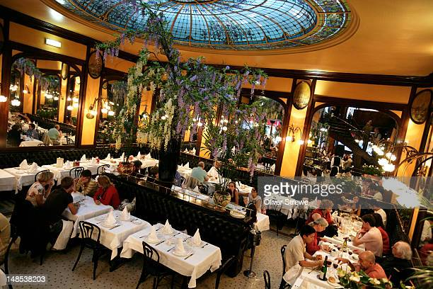 interior of brasserie bofinger, rue de la bastille. - ブラッスリー ストックフォトと画像